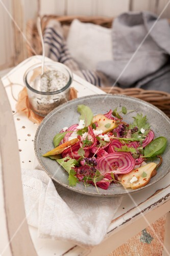 Beetroot salad with pears and goat's cream cheese