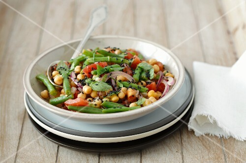 Chickpea salad with green beans, tomatoes, onions and mint