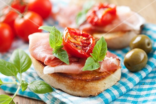 Crostini al prosciutto (toasted sliced of bread topped with ham)