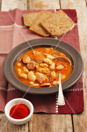Fasolka po bretonsku (beans with sausage and bacon in tomato sauce, Poland)