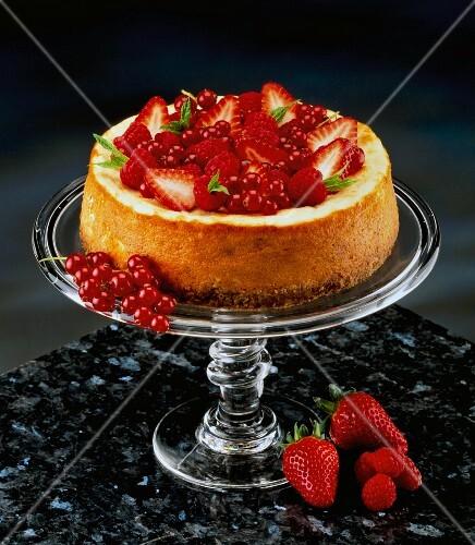 k sekuchen mit erdbeeren und roten johannisbeeren auf kuchenst nder bild kaufen 11157667. Black Bedroom Furniture Sets. Home Design Ideas