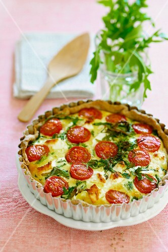 Cheese quiche with rocket and cherry tomatoes