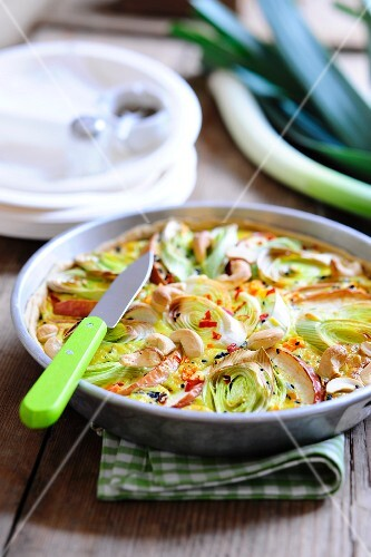 Leek quiche with apples and cashew nuts