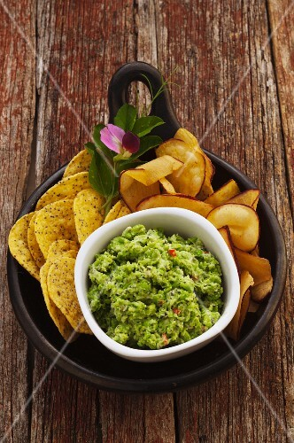 Pea dip with tortilla chips (Mexico)
