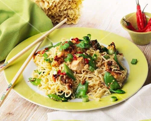 Noodles with chicken, chillies and sesame seeds (Asia)