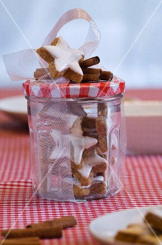 Star-shaped cinnamon biscuits in a preserving jar