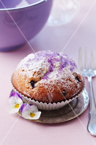 Muffing with icing sugar and purple violet sugar