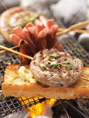 Barbecued sausage skewers with garlic bread