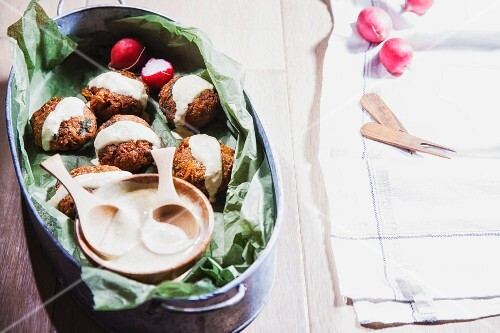 Vegetable fritters with tahini and radishes (India)