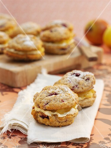 Whoopie pies with blackberries and apple filling