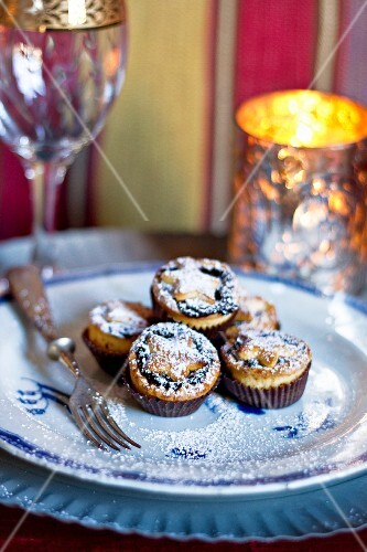 Mince pies dusted with icing sugar