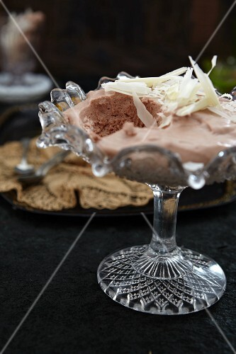 Punch-flavoured creamy dessert with white chocolate shavings
