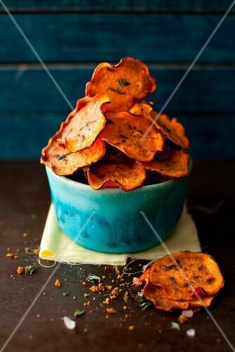 Gebackene Süßkartoffelchips mit Kräutern