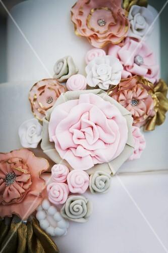 Dreistöckige Hochzeitstorte mit Fondant-Blumen verziert – StockFood