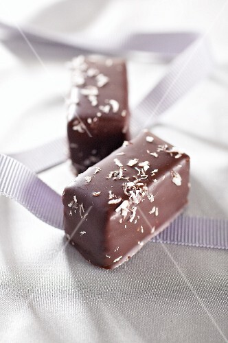 Filled chocolates with coconut