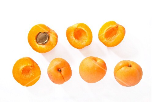 Whole and halved apricots (view from above)