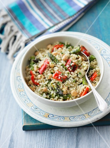 Quinoa with chickpeas, peppers and asparagus