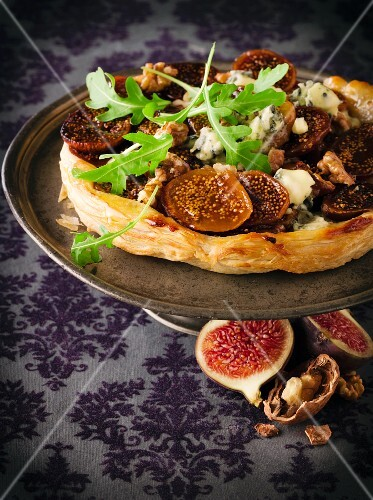 Fig tart with rocket and blue cheese