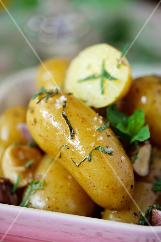 New potatoes with herbs (close-up)