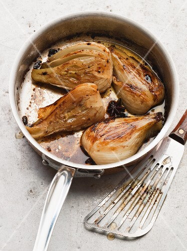 Pot-roast fennel in a saucepan
