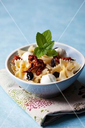 nudelsalat mit mozzarella getrockneten oliven und tomaten bild kaufen 11191911 stockfood. Black Bedroom Furniture Sets. Home Design Ideas