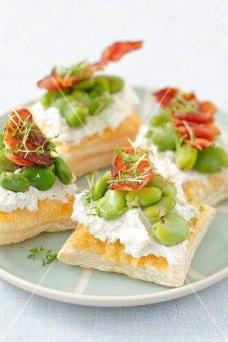 Puff pastry tartlets with ricotta, broad bean and fried ham