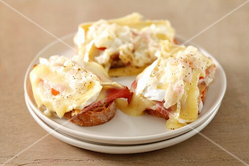 Crostini with tomato, camembert, shallots and cream