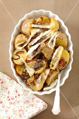 Potatoes baked with camembert and poppy seeds