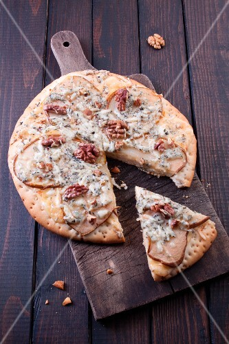 Pizza with blue cheese, pears and walnuts