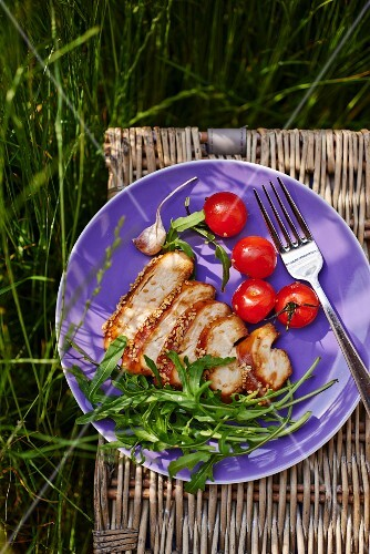 Chicken breast with rocket and tomatoes for a picnic