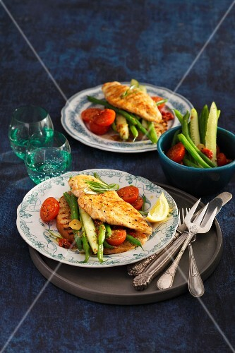 Chicken schnitzel with beans, cucumber and tomatoes