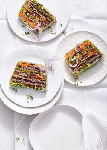 Sülze mit Fleisch und Gemüse, in Scheiben geschnitten