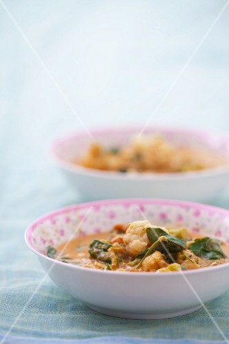 Curry soup with cauliflower, spinach and carrots