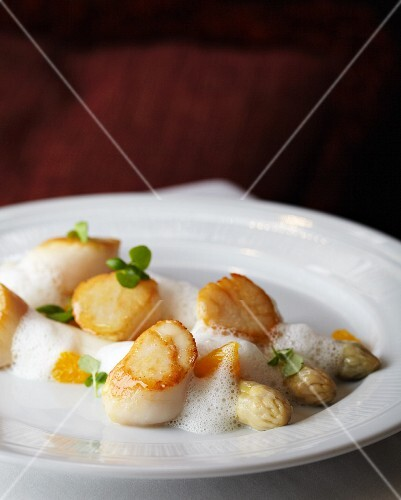 Scallops with white asparagus and white wine foam