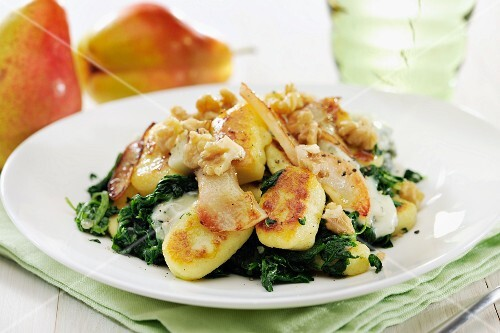 Home-made gnocchi with spinach, Gorgonzola, fried pears and walnuts