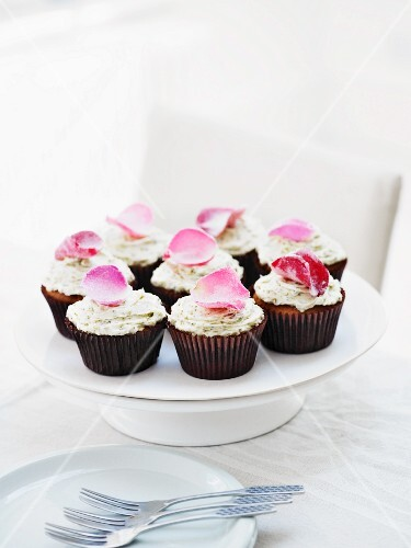 Cupcakes with rosewater and candied rose petals