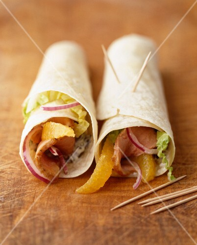 Wraps filled with smoked turkey breast and oranges