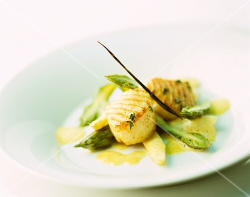 Grilled scallops on asparagus