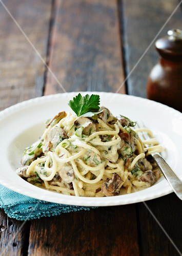Linguine with a cream sauce and mushrooms