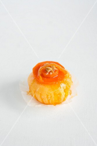 Sponge cake with carrots flambéed in orange liqueur and crystallised oranges