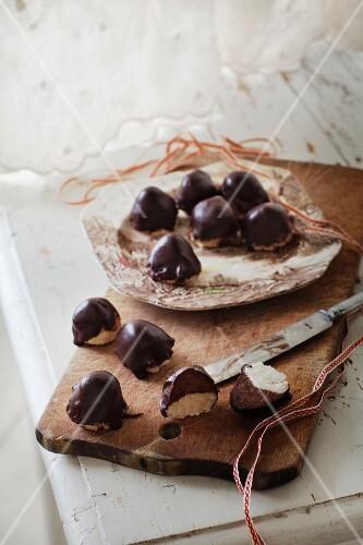 selbstgemachte pralinen mit schokolade und marzipan bild kaufen 11214881 stockfood. Black Bedroom Furniture Sets. Home Design Ideas