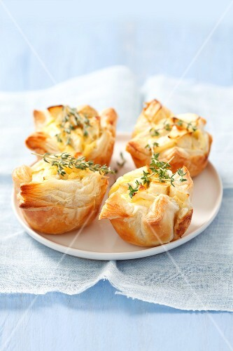 Mini puff pastry pies with pears and thyme