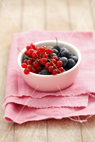 Redcurrants and blueberries in a small bowl