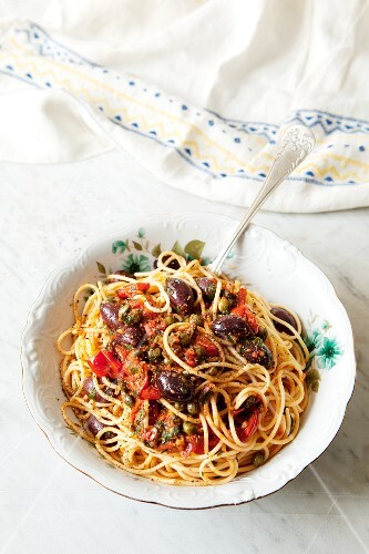 Spaghetti with tomatoes, olives and capers
