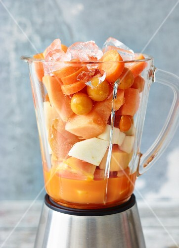 Ingredients for melon & ginger smoothie and for mango & clementine smoothie, in a blender