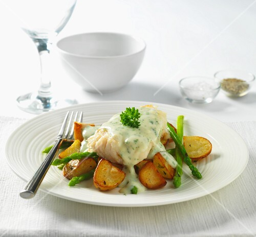 Cod in parsley sauce with fried potatoes and asparagus