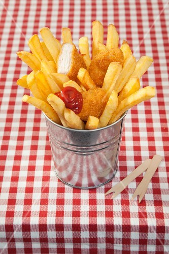 Chips with nuggets and ketchup