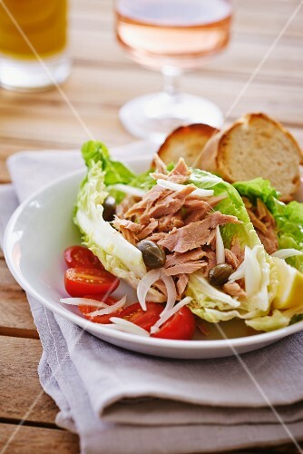 Tuna salad with tomatoes, capers and onions