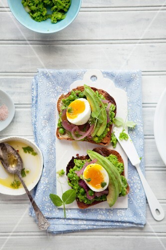 Toast with pea purée, pickled onions and egg