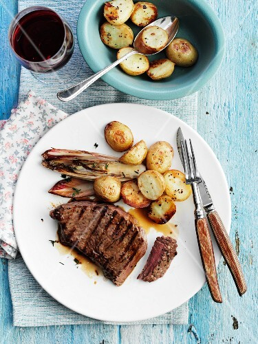 Grilled beef steak with endive and potatoes